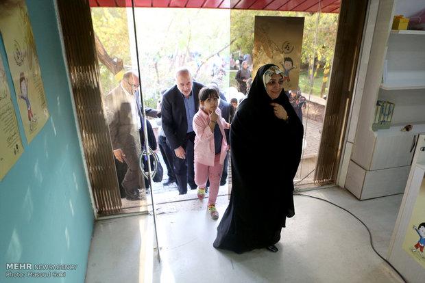 حضور معصومه آباد و محمود صلاحی در آیین افتتاح نمایشگاه «کودک، هنر و صلح»