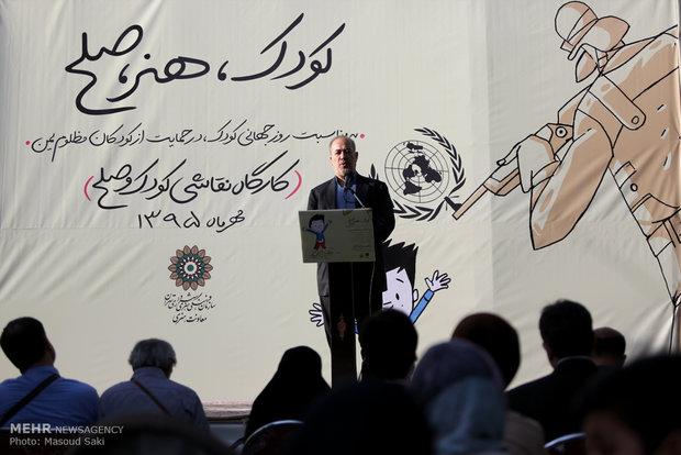 حضور محمود صلاحی در آیین افتتاح نمایشگاه «کودک، هنر و صلح»