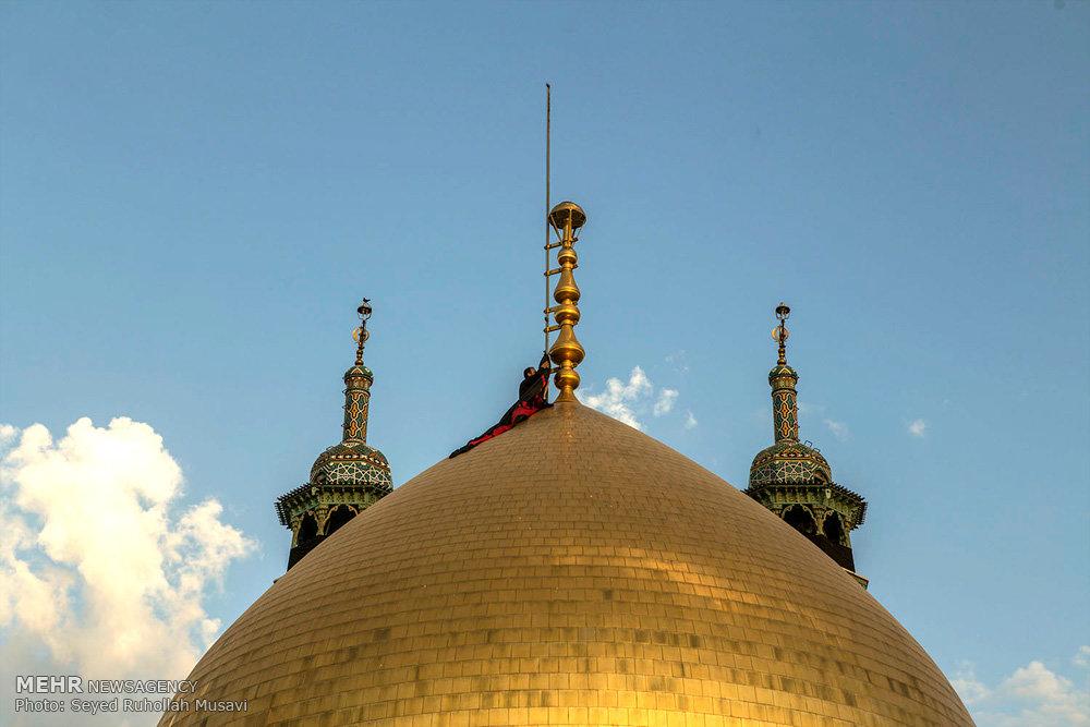 تعویض پرچم گنبد حرم حضرت معصومه (س) در آستانه محرم