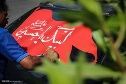 İran'da arabaların camlarına yazılan yazılar