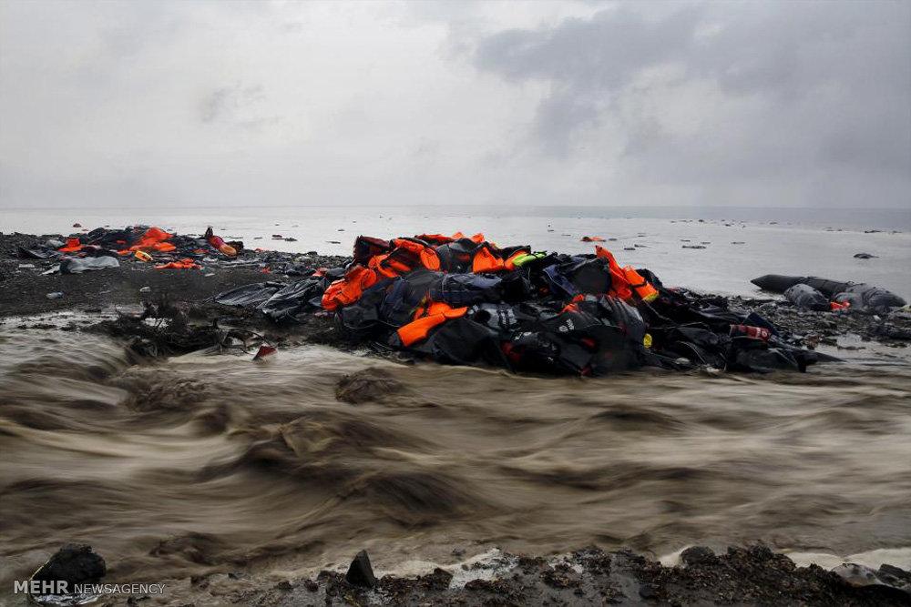 جلیقه های نجات بر جای مانده در جزیره لسبوس