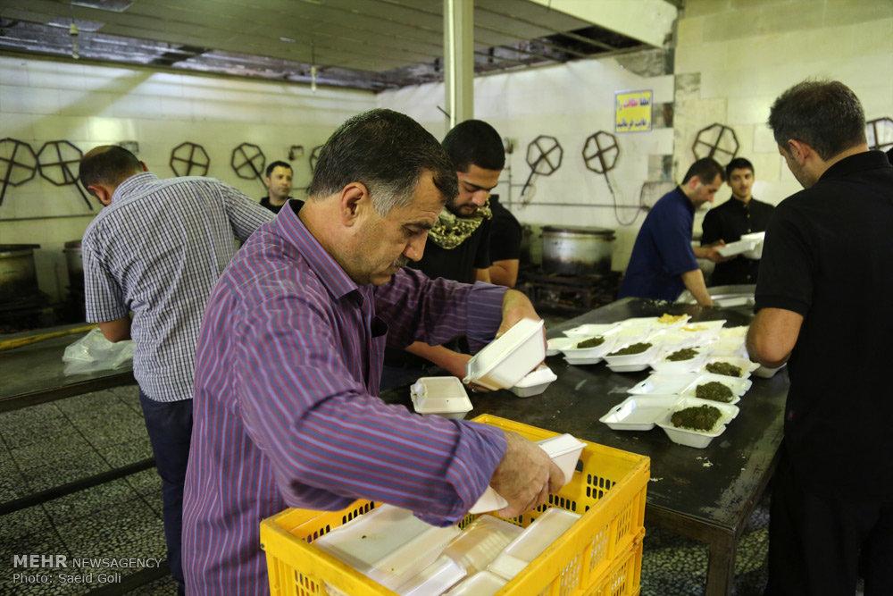 پخت نذورات مردمی در محله دارقاضی