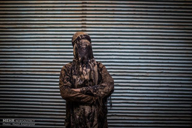 """مراسم """"التلطخ بالطين"""" يوم عاشوراء في خرم آباد"""