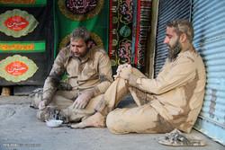 """مراسم """"التلطخ بالطين"""" يوم عاشوراء في خرم آباد/صور"""
