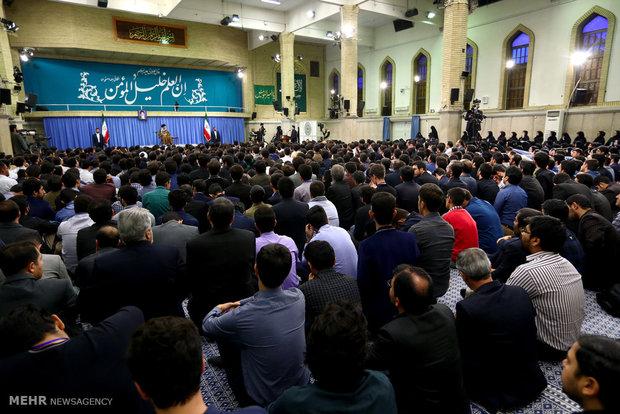 Leader receives top Iranian university students, elites