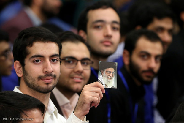 Leader receives top Iranian university students, elites