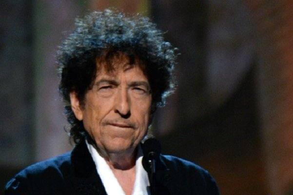 باب دیلن خبر بردن جایز نوبل را از سایتش حذف کرد