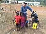جهانگرد ایرانی که با دوچرخه سفر میکند