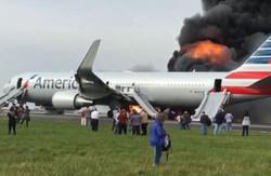 اندلاع حريق بطائرة أمريكية في مطار شيكاغو