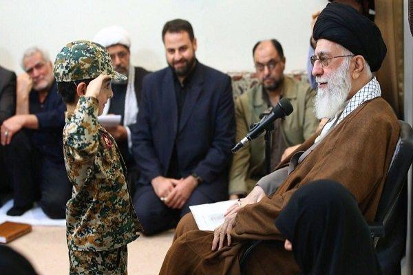 قائد الثورة يستقبل أسر الشهداء المدافعين عن الحرم