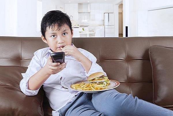 چاقی کودکی موجب بروز مشکلات جسمی در سالمندی می شود,