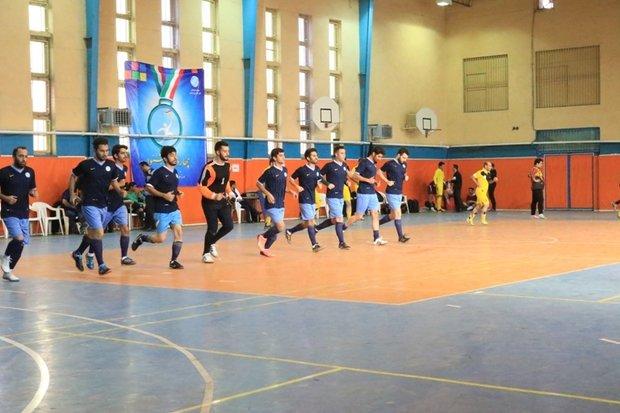 علاقه پسران دانشجو به مسابقات ورزشی/ وقت گذرانی دختران در باشگاه