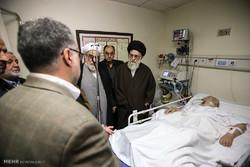 قائد الثورة الاسلامية يزور آية الله موسوي اردبيلي في المستشفى