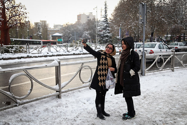 Snowfalls welcomed in polluted Tehran