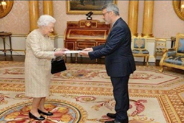 «بعیدینژاد» استوارنامه خود را تقدیم ملکه انگلستان کرد