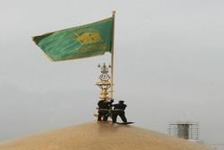پرچم گنبد طلایی حرم مطهر رضوی تعویض شد