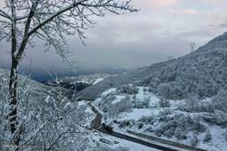بارش برف و کولاک  در گردنه  کوهستانی حیران شهرستان مرزی آستارا