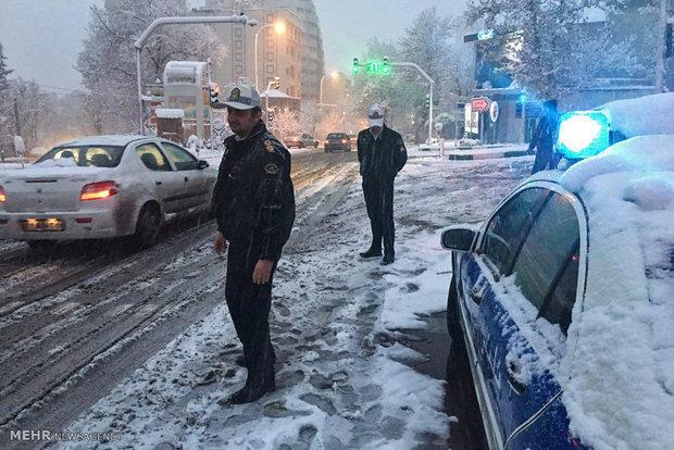 حضور ماموران پلیس راهور در معابر برفی