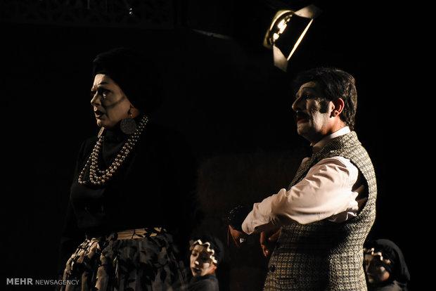 """""""الست طَبَنجة"""" على خشبة المسرح"""