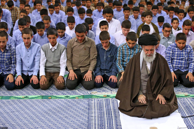 Takleef ceremony held for students with Supreme Leader in attendance