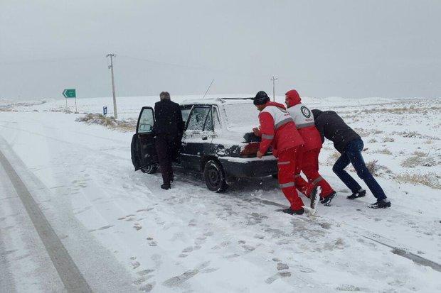 امدادرسانی به مسافران گرفتار در برف و کولاک تسوج
