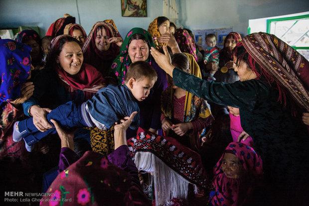 يحمل الأهل طفلاً فوق رؤوس العريس والعروس ليرزقهم الله بالأطفال