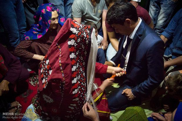 تحاول العرس في اليوم أن تفك حبلاً ربط باحكام حول خصر العريس