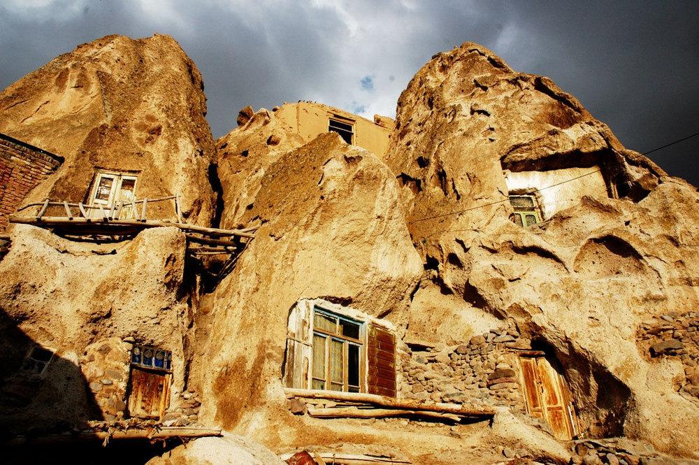 """إزالة التشوهات البصرية من قرية """"كندوان"""" الصخرية"""