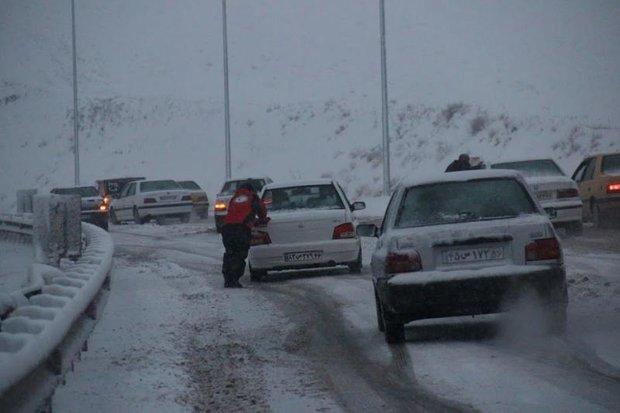 اغلاق  طرق المواصلات جراء العاصفة الثلجية بمحافظة زنجان شمال غربي ايران/ فيديو