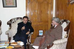 سفیر افغانستان در اسلام آباد با پدر معنوی طالبان دیدار کرد