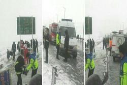 امدادرسانی به حادثه دیدگان اتوبوس بیرجند - مشهد ادامه دارد