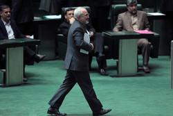 الهيئة الرئاسية لمجلس الشورى الإسلامي يتسلم أسئلة موجهة لظريف
