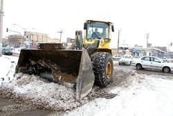 بارش شدید برف در شهر میانه و تلاش برای بازگشایی مسیرها