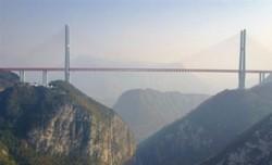 الصّين تفتتح أعلى جسر في العالم