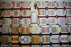 8 آلاف قلم تلوين حلمٌ طفولي على مشارف السبعينيات /صور