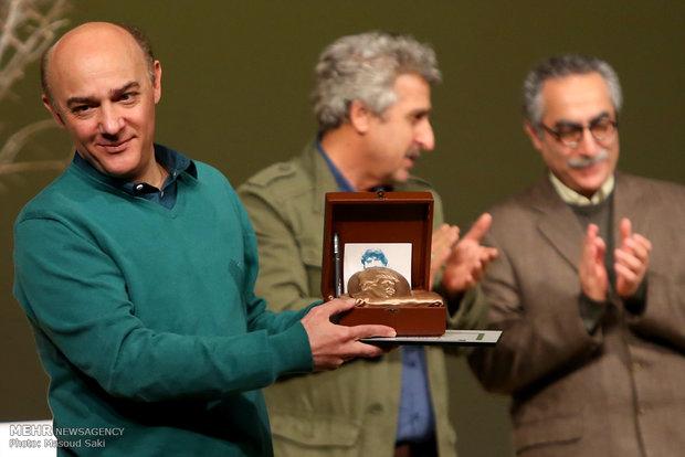 اعطای نشان محمود استادمحمد به حمید امجد برای نمایشنامه «سه خواهر و دیگران» در حوزه نمایشنامه اقتباسی