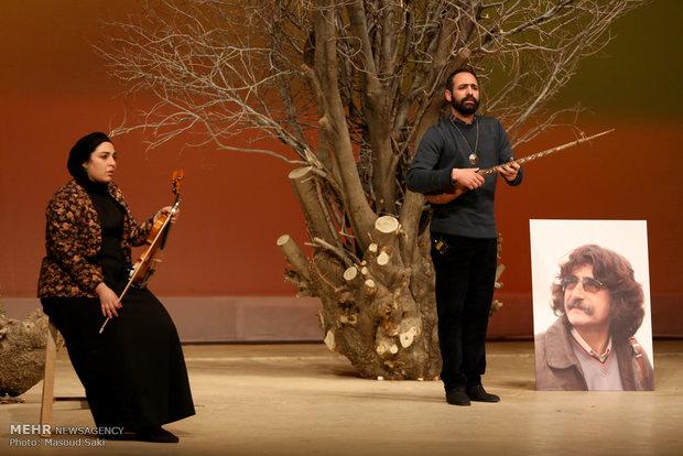 اجرای بخشی از نمایش «دیوان تئاترال» از محمود استادمحمد در آیین اختتامیه دومین جایزه محمود استادمحمد