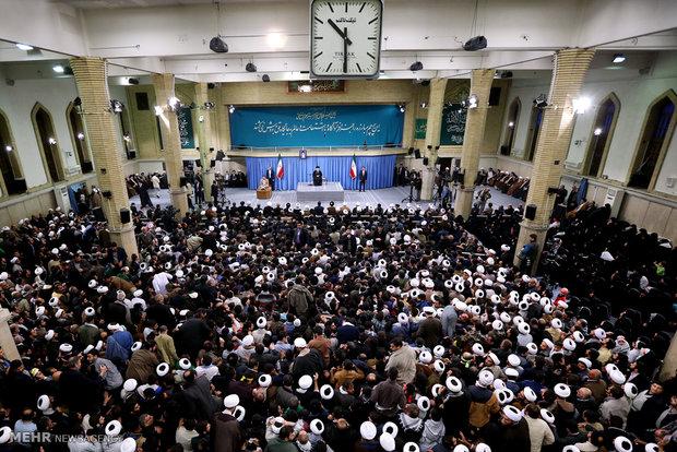 قائد الثورة الاسلامية يستقبل حشدا غفيرا من اهالي مدينة قم