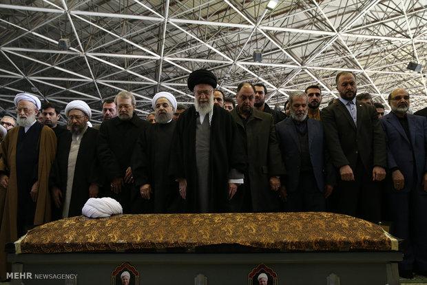 اقامه نماز رهبر انقلاب بر پیکر حجتالاسلام والمسلمین هاشمی رفسنجانی