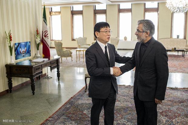 Afghan diplomats sign memorial book in Iran's Embassy for Rafsanjani