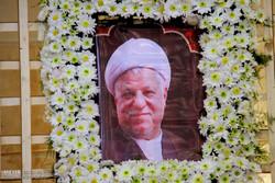 Pres. Rouhani visits Ayat. Hashemi's tomb