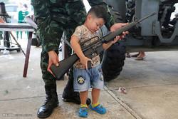 سلاح های جنگی در دست کودکان تایلندی
