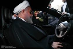 روحاني يتجول بسيارة كهربائية من صنع ايران /صور