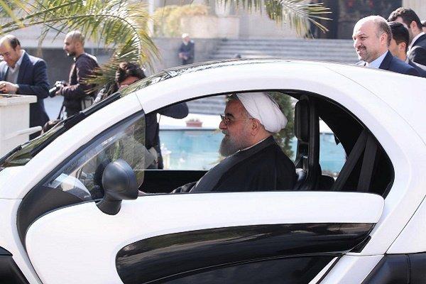 روحاني يتفقد سيارات كهربائية محلية الصنع