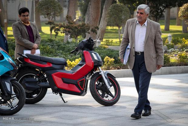 روحاني يتجول بسيارة كهربائية من صنع ايران