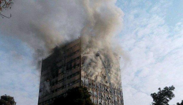 إندلاع حريق في مبنى تجاري وسط العاصمة طهران