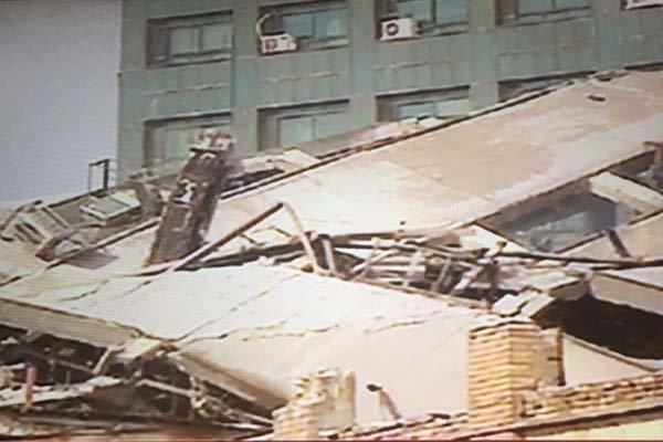 ساختمان پلاسکو در تهران فرو ریخت/ ابهام در سرنوشت ۴۰ آتش نشان