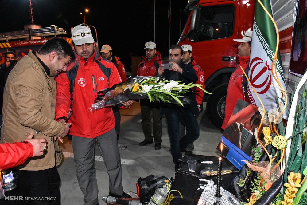 با حرکت پیاده مردم در خیابانهای ورامین؛ همدلی مردم ورامین با آتشنشانان/گلهای که نشان از محبت است