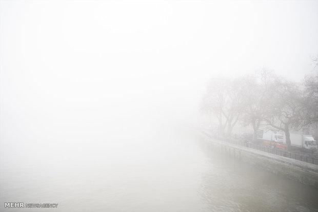 محورهای قم مه آلود است/ پیادهروی در برف برای امدادرسانی