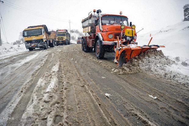 تراكم الثلوج وإغاثة العالقين على طريق مريوان